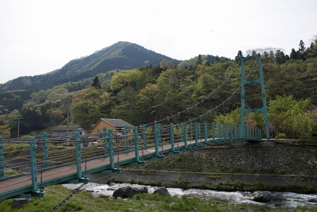 里山と吊り橋